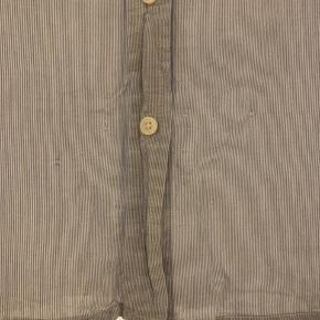 Jeg sælger denne fine skjorte fra GAP. Den har nogle små huller nederst på skjorten, men ikke noget man ligger tydeligt mærke til (se billede 2). Prisen er eksl. porto!