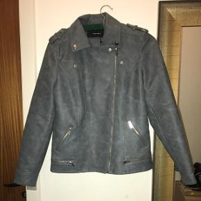 Sælger denne læder jakke da den ikke bruges. Aldrig brugt med prismærke. Oprindelig pris 380kr.