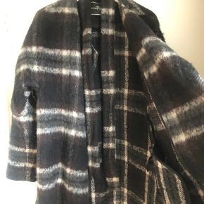 Lækker overgangsfrakke fra Malene Birger. Modellen hedder Zabina. Kjolen er brugt en sæson, men er stadig i fin stand. Har fået lidt fnuller i ulden. Størrelse 34, men passer både 34 og 36 grundet oversize formen. Lukkes med bælte.