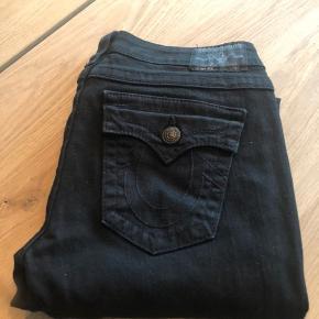 Skinny jeans - model Julie.  Str. 29 Sort med sorte knapper og stikninger.