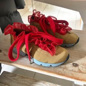 Skoene er flere år gamle, men kun brugt tre gange og fremstår næsten som nye 💃🏽💃🏽💃🏽 nypris var 2000.  lille skade på skoene, ses på det sidste billede... det røde bånd på venstre sko, er en lille smule revet løs på hælen.
