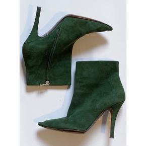 Ralph Lauren Collection mørkegrønne højhælede støvler i ruskind. Gået med flere gange, hvilken man kan se under bunden på dem. Men gummi-dutterne på hælen er i god stand