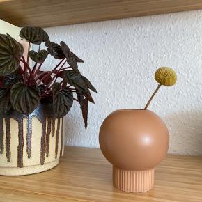 Fed lille buttet vase fra Ikea 🍑 fejler ingenting. Måler ca. 10 cm i højden.   Bemærk - afhentes ved Harald Jensens plads eller sendes med dao. Bytter ikke 🌸  💫 Vase fersken lyserød ferskenfarvet riflet
