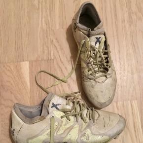 Adidas fodboldstøvler, str. 36.  De er brugte, men der er ingen huller eller andet skade. Sælges meget billigt