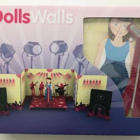 Brand: DollsWalls Varetype: legetøj Størrelse: - Farve: -  Dollswalls popstar scene *NY* Helt nyt i ubrudt emballage Nypris: 139,- kr. Pris: 90 kr. eller kom med et bud  Porto:  60 kr. som brev med PostNord  45 kr. som pakke med Coolrunner  49 kr. som pakke med G-porto (GLS) 56 kr. som pakke med G-porto (PostNord)