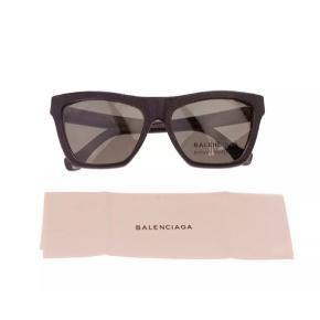 """Super cool solbriller med 100% UV mørke grå linser og sort """"banket"""" læder stel fra luksuriøse spanske/franske BALENCIAGA.  Aldrig rigtigt benyttet, har dog fået minimale ridser i læderet pga. dets naturlige fibre og prøvning heraf samt opbevaring (se sidste billede) Har stadig mærke mærkat på linsen som ses på billederne.  Originale tags og solbriller etui medfølger.  Made In Italy.  Købt i London. Kostede €490 (ca. 3.700 kr)  One Size."""