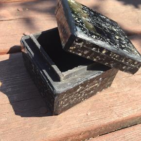 Smuk lille smykkeskrin/skrin🌸 Måler ca. 7x7cm  Perfekt til ringe, øreringe eller noget helt tredje🌸  Mærket er ukendt, jeg har købt det i en brugskunst butik for mange år siden.   Skrinet har været brugt, hvilket enkelte ridser nede i skrinet og viser, men ellers fejler det intet