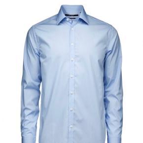 Flot klassisk skjorte Steel model i størrelse 39. Det er en slim fit model, brugt en få gange, standen er som ny.   Np 700kr  Fast pris 250kr  esksl Porto