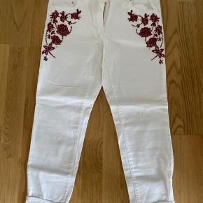 Lækker jeans med broderi  Str 42 - med stræk  Små i str 38 / 40  Mp 150 pp