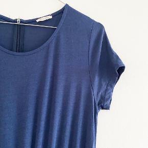American Vintage jumsuit i blå med elastik i taljen, brede ben og en skjult lynelås i nakken   Størrelse: M   Pris: 250 kr   Fragt: 39 kr ( 37 kr ved TS handel )