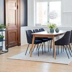 Bordet er købt i sommers. Det har enkelte tegn på brug. Bl.a. det der ses på billede 4. Derudover et par små-ridser. Ikke noget specielt. Sælges pga. udflytning.