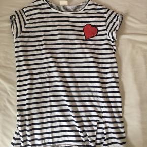 Sælger en stribet Zara T-shirt med et rødt hjerte af palietter, str 11-12 år. Aldrig brugt