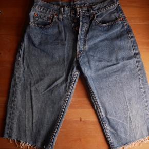 Lækre Levi´s jeans. Tror de er model 508, men er svært at se da der er slitage på mærkatet. Str. W30. De er blevet klippet til 3/4. De vil være mega fede som shorts.