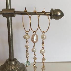Håndlavede øreringe. Guldbelagte creoler med mix af glasperler, sten og ferskvandsperler. 🌻  1 ørering 35 kr.  Et sæt øreringe 65kr.   Vedhæng kan tages af og skiftes, og vedhæng sælges derfor seperat.  Ekstra vedhæng kan tilkøbes for 15kr pr. styk.  🌸 Pakketilbud 🌸 1 sæt guldbelagte creoløreringe med 4 udskiftelige vedhæng 80 kr.