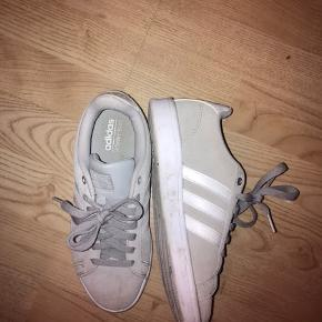 Mega fede Adidas sneakers jeg desværre ikke bruger. De skal lige tøres af med en klud og så er de fine igen