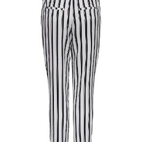 Helt nye bukser fra Only, i hvid og sort, str 42. Har aldrig været brugt og stadig med tags.  Model onlPIPER MW PULL-UP PANTS TLR