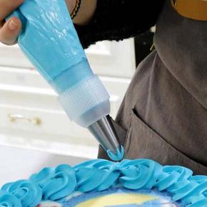 Tylholder / samleled / kobleled.  Bruges til både genbrugs- og engangs-sprøjteposer. Du kan fx skifte din tyl i løbet af sprøjtningen, så du kan sprøjte flere forskellige slags mønstre i den samme farve uden du  behøver at spilde fx smørcreme eller flere poser.  Passer til hhv. de små tyller, der er ca. 1,8 cm i diameter i bunden og til de almindelige store tyller, der er ca. 2,5 cm i diameter i bunden (Wilton).  Der er en i hver størrelse til salg. De har ikke været brugt.  Tyller følger ikke med, men er brugt til illustration.  Normalpris ca. 100 kr.  Sælges samlet for kun 50 kr. + evt. porto.  Kan afhentes på Frederiksberg.