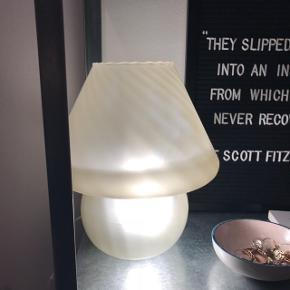 BOFA mushroom lampe fra 70'erne sælges. Stor bordlampe - virker perfekt. Minder om Murano mushroom lampen 🌸 Skal hentes i Glostrup. Sender umiddelbart ikke.