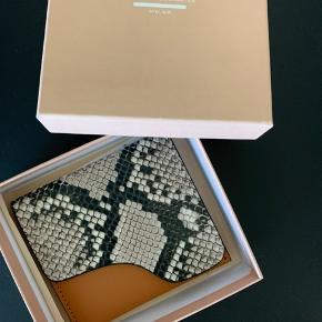 Super flot ATP ATELIER OLBA PUNG i læder og krokodille skind look. Aldrig brugt stadig med prismærke. Kan have kort og sedler. Nypris 700,-