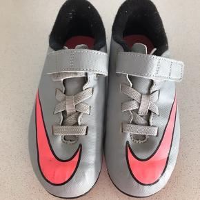 Super fede Nike fodboldstøvler, er næsten som nye.
