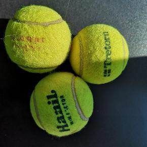 Tre tennisboldte og fint rør... Jeg ved desværre intet om boldtenes stand, men røret er fedt, dog ret slidt. Jeg vil tro at det er ældre.