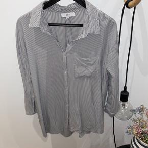 Boii skjorte i hvid og sort stribet Brugt 2 gange   #30dayssellout