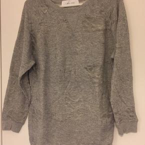 Iro distressed sweatshirt. Brugt men i fin stand, dog en lille fejl på højre ærme. Se det sidste foto. Pris sat derefter.
