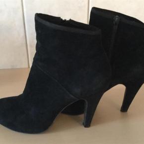 Varetype: Støvler Farve: Sort Oprindelig købspris: 1699 kr.   Rigtig flotte støvler fra Sofie Schnoor, sat standen til god men brugt, men er nu næsten som nye. Skindbeklædt hæl, hælhøjde 10,5 cm Forfodsplateau 1,5 cm Flere billeder sendes meget gerne :)