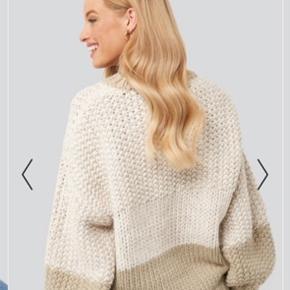 Denne strikket trøje har en oversize pasform, et colorblock mønster og ribbede sømme.   Det er en str xxs/xs, men passes af de fleste størrelser vil jeg tro - alt efter, hvordan den skal sidde på dig  Brugt en gang🤗 PRISEN ER FAST!♥️
