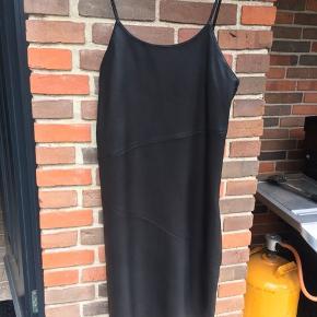 100% lamme-læder. Cool strop kjole - brugt 5 gange. Flot med hvid T-shirt under - og jeans/bare ben.
