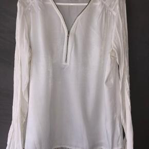 Fin hvid bluse, med lynlås foran Brugt få gange Str. XL Sælges for 100,-