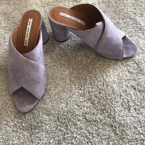 Fedeste sandaler i det smukkeste lyslilla ruskind. Super behagelige at have på.   Nypris 800kr.