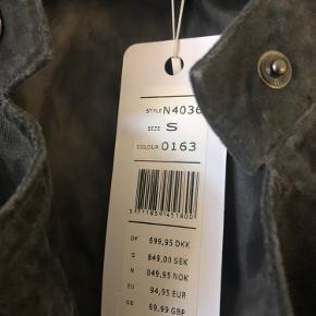 Helt ny jakke, har hængt i skabet i nogle år.