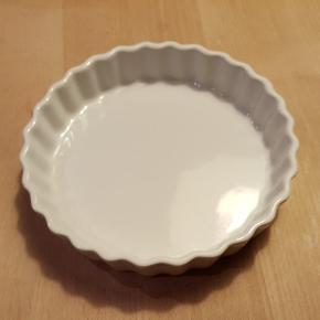 Lille tærtefad med diameter på 14 cm. Gratis. Sender gerne ved køb for mere end 150 kr.