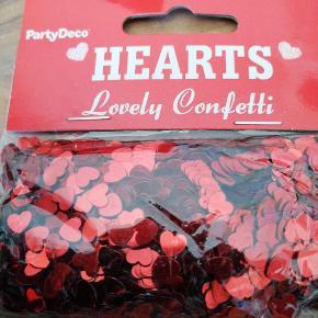 Bordpyndt konfetti, jul, rød mettalic hjerter, 30 g i hver pose, 5 kr pr pose, 3 for 10 kr, har 5 poser, sender plus porto