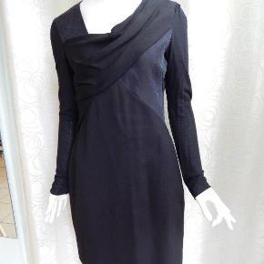 Kjole uk6/EU36-38, i kombi stof uld/silke og med jersey ærmer, er kun brugt få gange