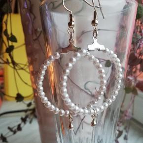 Sødeste creoler-øreringe i eget design med perler og lille dråbevedhæng  🌸🌸🌈🌈 Se også mine andre søde smykker her på TS 🧡  Leveres i cellofanpose og med gummidutter bagpå, så de sidder godt fast. Porto som brev er kr. 10,-
