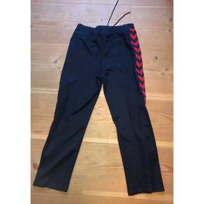 super nice hummel bukser! de er en størrelse medium, og passer true to size. ingen slidstegn eller andet ☺️  150kr💛  #30dayssellout