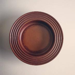 Lækkert og gedigent fad/skål i keramik fra finske Arabia fra serien Ruska og designet af Ulla Procopé. (ø 26 cm)
