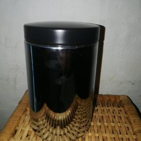 Brabantia opbevaringsbeholder i metal m. transparent rude i plastik. Med tilhørende låg. Brugt, men uden større slid.