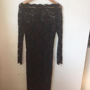 Denne smukke Ganni kjole i sort og med Bordeaux blomster.  Har haft den på to gange.