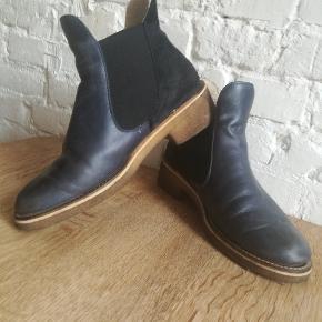 Ruskind/læder støvler fra Ganni med foer. Købt her på TS, men er desværre lige små nok til mig.