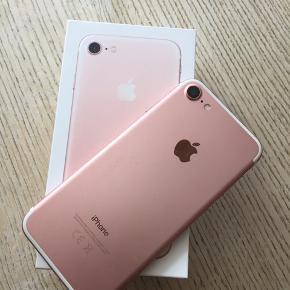 IPhone 7 med 32 GB. Lidt under et år gammel, men virker som fra ny. Alt medfølger og telefonen er uden ridser, da der har været panzerglas og cover på. Sælges da jeg har købt en nyere model.  Sender på købers regning.  Se evt. også min annonce længere nede med en IPhone 6.