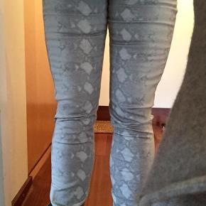 Varetype: Bukser Farve: Grå, hvid Oprindelig købspris: 800 kr.  Lynlås nederst ben.  Stræk i stoffet.