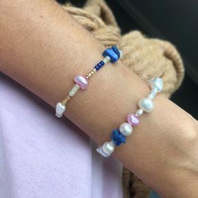 Elastik armbånd med perler 🐚 4 ferskvandsperler  Blå beige og guld perler  📐 Mål ca 16-18 cm  OBS* kan også laves med Sterling sølv lås eller forgyldt lås - prisen er 25kr mere.