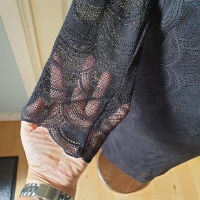"""Flot blonde kjole med """"bar"""" ryg. Længde ca. 93 cm fra skulderen."""