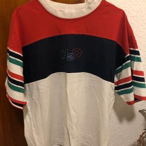 Vintage tshirt fra H2O Den fejler intet udover at være lidt falmet i farven og et lille hul foran, som ses på sidste billede  Den fitter oversized