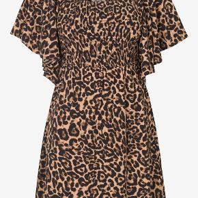 Kort Leopard print kjole fra Baum - modellen hedder ATENA - i butikkerne nu til fuld pris Kjole af genbrugsmateriale med rynket kjoleliv og vidde i ærmerne, der giver et smukt og feminint look.  Bryst70,4 Talje62 Længde, ærme27,4  Materiale 95% Genanvendt polyester 5% Spandex Lining 100% Viskose  Jeg tager ikke billeder med tøjet på  Sender med dao - ingen bytte - afhentning eller retur