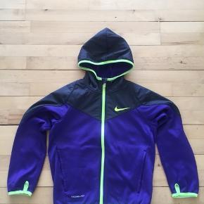 Lækker trøje fra Nike, kan bruges til både drenge og piger.