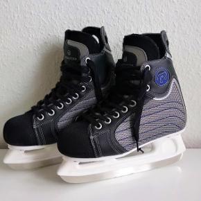 Revolution ishockeyskøjter / skøjter i str. 40. De har ikke været brugt særligt meget. De kan hentes i København eller sender gerne.